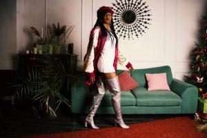 Une femme portant des bottes cuissardes avec une jupe trop courte