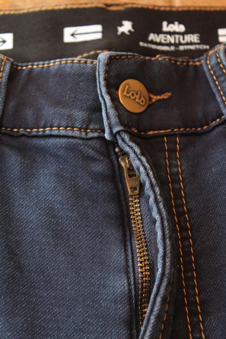 Fermeture éclair bien fermée et bouton attaché sur le jeans.