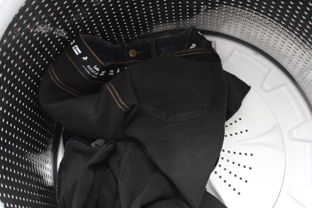 Jeans retourné à l'envers dans la cuve de la laveuse.