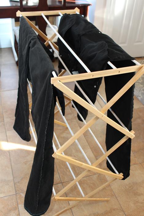Séchoir à linge en bois avec jeans qui sèchent.